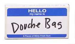 Blue Q Gum Douche Bag - Перечная мятаМятные<br>Douche<br>- в переводе  означает клизма. Douche<br>Bag ?- нечто<br>среднее между очень большой клизмой и грелкой. Но на сленге этим словом обычно<br>называют высокомерных, эгоцентричных людей , обладающих  низким интеллектом. Вот такой бубл гум с<br>двойным смыслом и вкусом перечной мяты.<br>