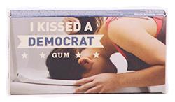 Blue Q Gum I Kissed A Democrat - Перечная мятаМятные<br>Если Вы целовались с<br>демократом и хотите заявить об этом - это Ваша жевательная резинка! Жаль, что<br>производитель в Канаде не выпустил аналог I Kissed A Communist. А вообще, слоган этой жевательной резинки звучит так: Я знал, что, когда мы поцеловались. Это было... и это было<br>классно!<br>Вкус - перечная мята.<br>