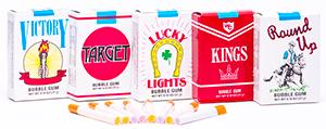 Bubblegum Cigarettes - Апельсин Клубника ВиноградФруктовые<br>Теперь у Вас будет еще больше поводов, чтобы бросить<br>курить, ведь под рукой, вместо привычной <br>Вам пачки с сигаретами,  будет ее<br>заменитель - упаковка  с жевательной резинкой в форме сигаретной пачки! 8<br>жевательных резинок в форме сигарет  будут поднимать Вам настроение весь день! 3<br>вкуса: апельсин, клубника и виноград.<br>Как пела группа Отпетые Мошенники: <br>Бросай курить - вставай на лыжи!<br>