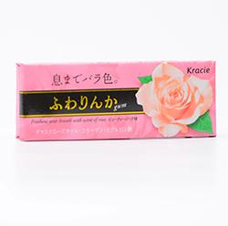 Kracie Rose Gum  - Вкус лепестков розыФруктовые<br>Мы гордимся каждой позицией, которая на данный момент представлена у нас на сайте, но есть некоторые, чье появление мы ждали с трепетом в сердце. Жевательная резинка с ароматом лепестков розы относится именно к таким! Чудный, легкий, ненавязчивый, цветочный, особенный, вот слова, которые лучше всего описывают этот удивительный и редкий вкус. Скорее пробуйте сами и дарите его своим возлюбленным!<br>