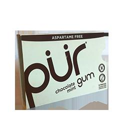 PUR Gum - Шоколад и мятаФруктовые<br>Канадский производитель жвачки PUR (название пошло от сокращенного англ. слова pure - чистый) делает не только вкусную жевательную резинку с нетрадиционной линейкой вкусов (шоколад и мята, корица, гранат и мята), и но и максимально старается заботиться о своих клиентах! Вот основные отличительные особенности их продукта:<br><br>забота о Ваших зубах - используют только 100 ксилитол. Жвачка не содержит сахара.<br>при разработке и производстве продукта не использовано никаких ингредиентов животного происхождения.<br>не содержит: пшеницу, пшеничный крахмал,модифицированный крахмал, пшеничный белок,  ячмень, рожь.<br>не содержит ГМО.<br>не содержит сою.<br>все ингредиенты для жевательной резинки произведены в Швейцарии<br>